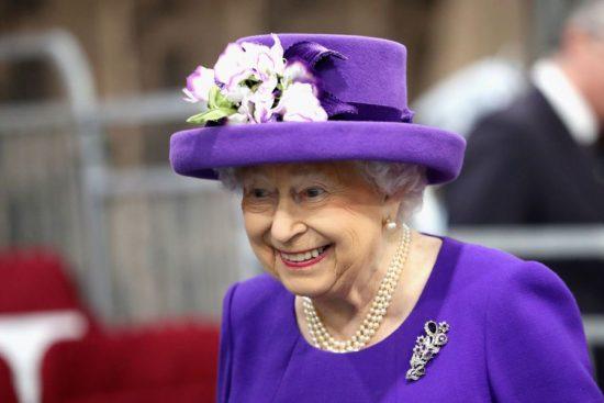 C'était était autrefois la couleur de la royauté. La reine Elisabeth semble être au courant !