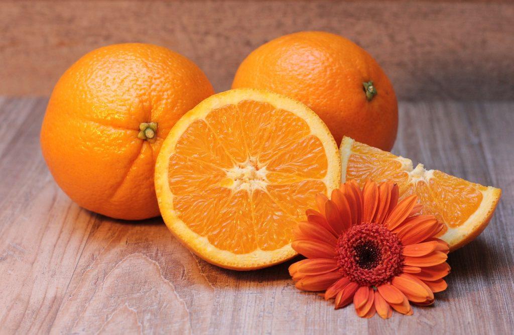 Aujourd'hui, parlons d'une couleur qui divise. La couleur orange, certains l'adorent, d'autres la détestent, pas comme le bleu qui fait quasiment l'unanimité. Mélange de rouge (ou magenta, pour les artistes) et de jaune, cette couleur chaude et pétillante partage certaines de leurs significations.