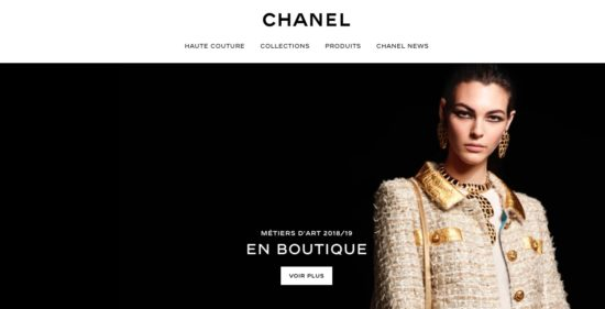 Beaucoup de noir sur le site et le logo de Chanel, une marque de luxe